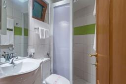 Ванная комната. Черногория, Добра Вода : Улучшенный полулюкс