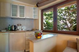 Кухня. Черногория, Добра Вода : Апартаменты Делюкс с видом на море