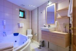 Ванная комната. Черногория, Добра Вода : Апартаменты Делюкс с видом на море