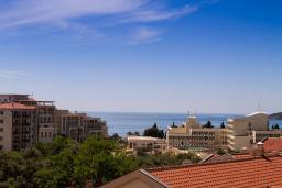 Вид на море. Черногория, Бечичи : Апартамент с балконом и видом на море, большая гостиная, две спальни