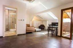 Гостиная. Черногория, Бечичи : Апартамент с балконом и видом на море, большая гостиная, две спальни