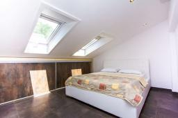 Спальня. Черногория, Бечичи : Апартамент с балконом и видом на море, большая гостиная, две спальни