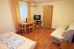 Спальня. Черногория, Тиват : Студия с кондиционером, телевизором и террасой