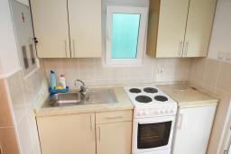 Кухня. Черногория, Тиват : Студия с кондиционером, телевизором и террасой