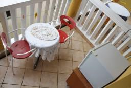 Черногория, Игало : Комната для трёх человек с собственной ванной и холодильником рядом с институтом Игало
