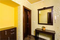 Коридор. Черногория, Доброта : Апартамент в 50 метрах от пляжа, большая гостиная, две спальни, балкон с видом на море