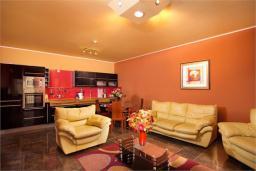 Гостиная. Черногория, Доброта : Апартамент в 50 метрах от пляжа, большая гостиная, две спальни, балкон с видом на море