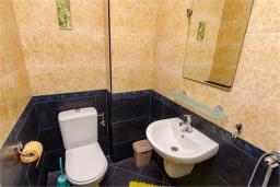 Туалет. Черногория, Доброта : Апартамент в 50 метрах от пляжа, большая гостиная, две спальни, балкон с видом на море