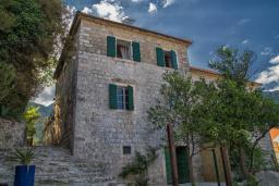 Фасад дома. Черногория, Герцег-Нови : Каменный дом с двориком, 2 гостиные, 4 спальни, 3 ванные комнаты, Wi-Fi