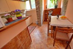 Кухня. Черногория, Доброта : Апартамент с видом на море, гостиная и две отдельные спальни