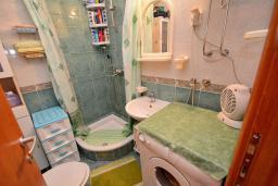 Ванная комната. Черногория, Доброта : Апартамент с видом на море, гостиная и две отдельные спальни