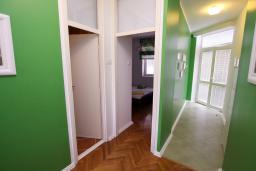 Коридор. Черногория, Герцег-Нови : Апартамент с балконом и видом на море, гостиная и отдельная спальня