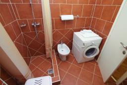 Ванная комната. Черногория, Герцег-Нови : Апартамент с балконом и видом на море, гостиная и отдельная спальня