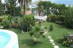 Территория. Черногория, Герцег-Нови : Шикарная вилла с бассейном и теннисным кортом, 7 спален, 7 ванных комнат, зеленый дворик, гараж