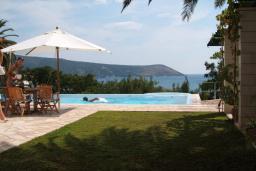 Бассейн. Черногория, Герцег-Нови : Шикарная вилла с бассейном и теннисным кортом, 7 спален, 7 ванных комнат, зеленый дворик, гараж