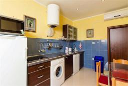 Кухня. Черногория, Доброта : Апартамент на берегу моря, гостиная, 2 отдельные спальни, терасса