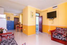 Гостиная. Черногория, Доброта : Апартамент на берегу моря, гостиная, 2 отдельные спальни, терасса