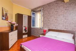 Спальня. Черногория, Доброта : Апартамент на берегу моря, гостиная, 2 отдельные спальни, терасса