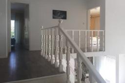 Лестница наверх. Черногория, Кримовица : Вилла с видом на море, 4 спальни, 2 ванные комнаты, зеленый дворик, место для барбекю, парковка, Wi-Fi