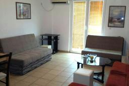 Гостиная. Черногория, Рафаиловичи : Апартамент с отдельной спальней, 70 метров до моря