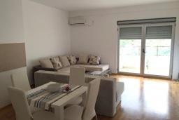 Гостиная. Черногория, Рафаиловичи : Апартамент с отдельной спальней и балконом с видом на море