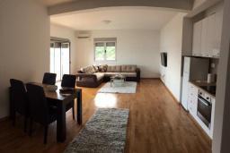 Гостиная. Черногория, Рафаиловичи : Апартамент с двумя отдельными спальнями и балконом с видом на море