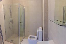 Ванная комната. Черногория, Рафаиловичи : Апартамент с двумя отдельными спальнями и балконом с видом на море