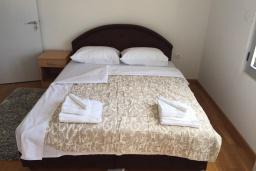 Спальня 2. Черногория, Рафаиловичи : Апартамент с двумя отдельными спальнями и балконом с видом на море