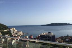 Вид на море. Черногория, Рафаиловичи : Апартамент с двумя отдельными спальнями и балконом с видом на море