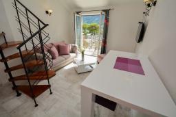 Гостиная. Черногория, Доброта : 2-х этажный апартамент с балконом с шикарным видом на залив, 30 метров до моря