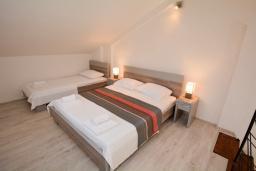 Спальня. Черногория, Доброта : 2-х этажный апартамент с балконом с шикарным видом на залив, 30 метров до моря
