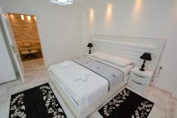 Спальня. Черногория, Доброта : Апартамент с террасой, 30 метров до моря