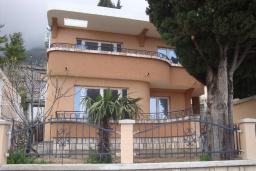 Фасад дома. Черногория, Сутоморе : Двухэтажная вилла с большой гостиной, 4 спальни, 2 ванные комнаты, барбекю, парковка