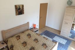 Спальня. Черногория, Сутоморе : Двухэтажная вилла с большой гостиной, 4 спальни, 2 ванные комнаты, барбекю, парковка
