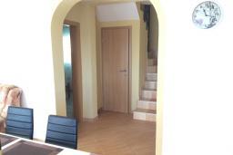Кухня. Черногория, Сутоморе : Двухэтажная вилла с большой гостиной, 4 спальни, 2 ванные комнаты, барбекю, парковка