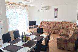 Гостиная. Черногория, Сутоморе : Двухэтажная вилла с большой гостиной, 4 спальни, 2 ванные комнаты, барбекю, парковка