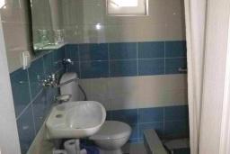 Ванная комната. Черногория, Сутоморе : Двухэтажный дом с двориком, 3 спальни, 2 ванные комнаты
