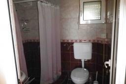 Ванная комната 2. Черногория, Сутоморе : Двухэтажный дом с двориком, 3 спальни, 2 ванные комнаты