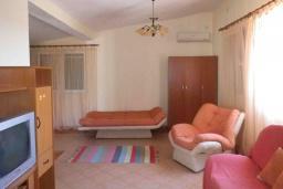 Гостиная. Черногория, Сутоморе : Двухэтажный дом с двориком, 3 спальни, 2 ванные комнаты