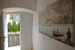 Коридор. Черногория, Пераст : Апартамент на берегу залива с балконом и видом на море, 3 спальни, 2 ванные комнаты