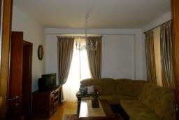 Гостиная. Черногория, Пераст : Апартамент на берегу залива с балконом и видом на море, 3 спальни, 2 ванные комнаты
