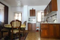 Кухня. Черногория, Пераст : Апартамент на берегу залива с балконом и видом на море, 3 спальни, 2 ванные комнаты