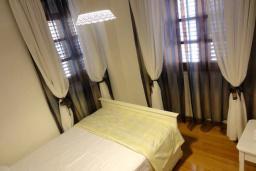 Спальня 2. Черногория, Пераст : Апартамент на берегу залива с балконом и видом на море, 3 спальни, 2 ванные комнаты