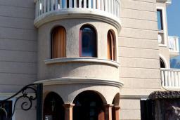 Фасад дома. Vila Lux 3* в Будве