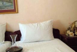Спальня. Черногория, Будва : Двухместный номер с 1 кроватью и видом на горы