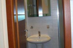 Ванная комната. Черногория, Будва : Двухместный номер с 1 кроватью и видом на горы