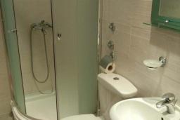 Ванная комната. Черногория, Будва : Классический трехместный номер