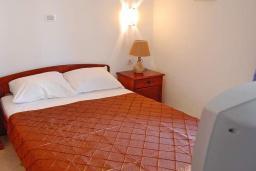 Спальня. Черногория, Будва : Апартаменты с 1 спальней