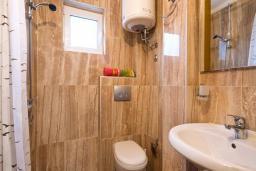 Ванная комната. Черногория, Будва : Двухместный номер с 1 кроватью и балконом