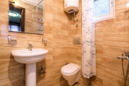 Ванная комната. Черногория, Будва : Двухместный номер с 1 кроватью и кухней